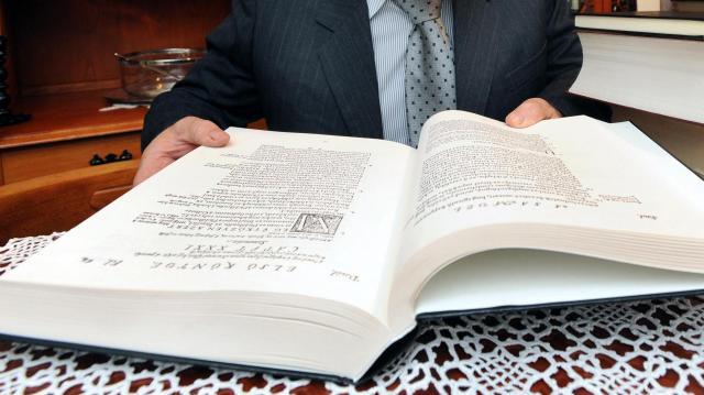 Szegedi plébános önkéntesekkel készíti a Hangos Bibliát