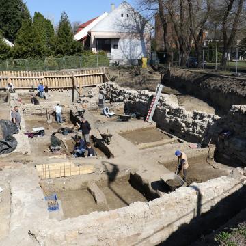 A szolnoki vár újonnan feltárt része is látható lesz a művésztelepen