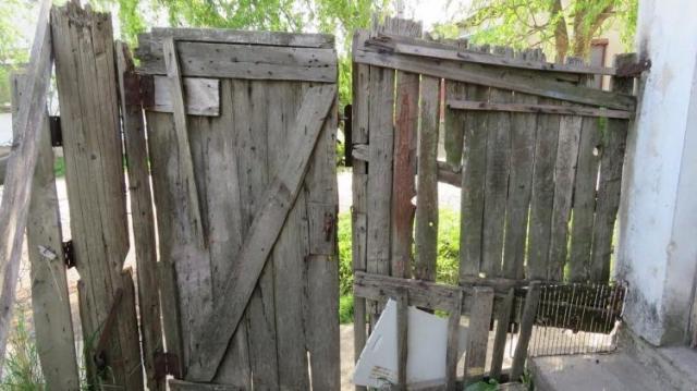 Egy robogót és egy kerékpárt loptak el ugyanabból a házból