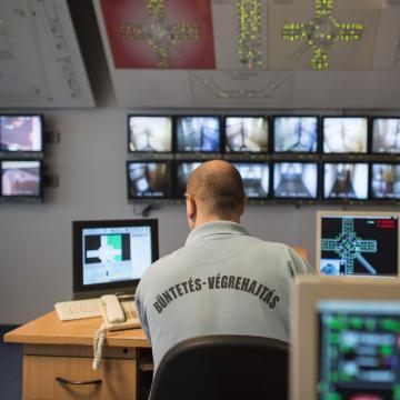 A börtönből követett el telefonos csalásokat egy férfi
