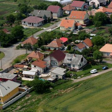 Százszoros árkülönbség és tízezernyi eladó ingatlan a falusi csok kínálatában