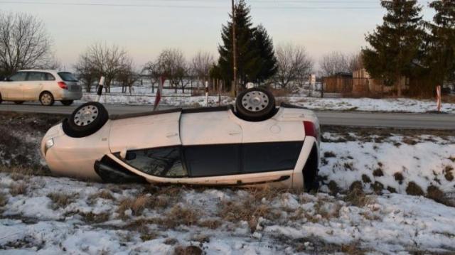Már tudják miért állt fejre ez az autó a télen