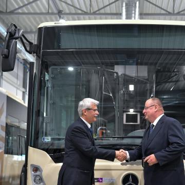 Mercedes-Benz csuklós autóbuszokat adtak át Debrecenben