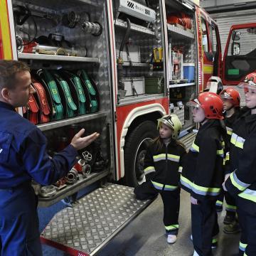 Nyitott szertárkapuk a tűzoltóságokon