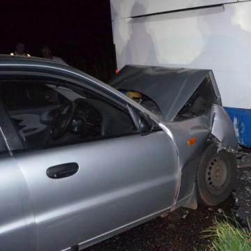Parkloló buszba rohant az autó
