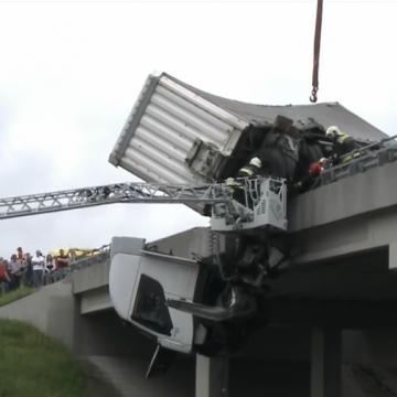 Áttörte az M3-as autópályahídjának korlátját egy kamion