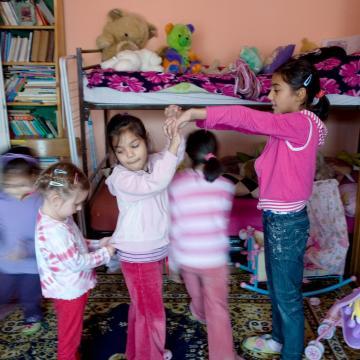 Csaknem 1,2 milliárdot fordítanak a nevelőszülői hálózatok fejlesztésére