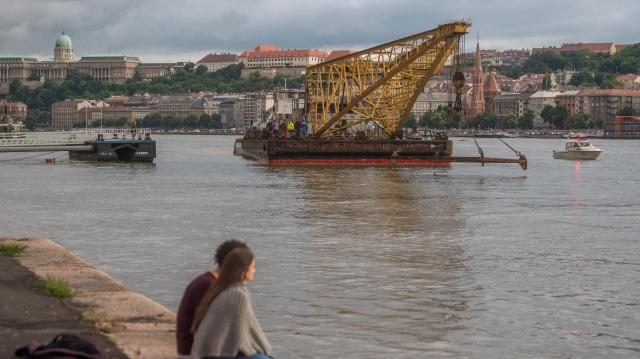 Dunai hajóbaleset - Úton van a hajódaru Budapestre