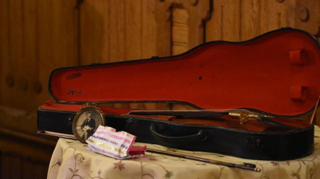 Hegedűt ajándékozott Gyenes unokája Kaposvárnak
