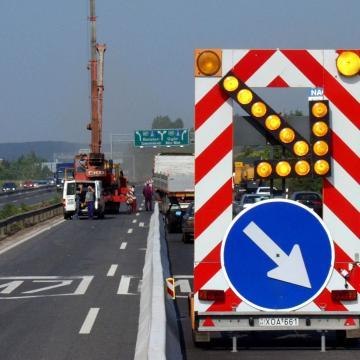 Hetente éri közlekedési baleset a Magyar Közút dolgozóit