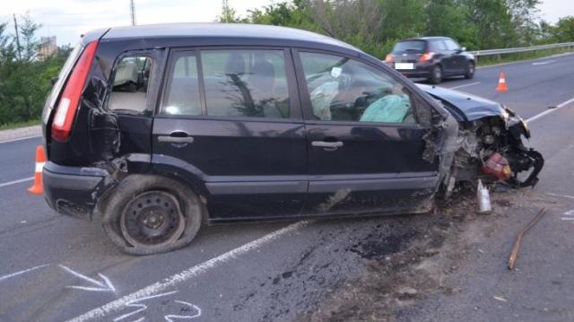 Két oszlopnak is nekiütközött az autó