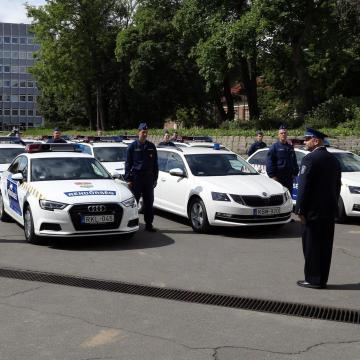 Külön helye van a gumibotnak az új rendőrautókban