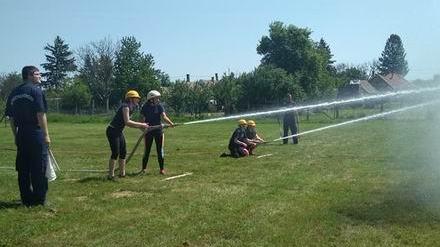 Női tűzoltók is fecskendőt ragadtak