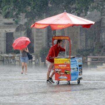 Sok esővel kezdődik a június is