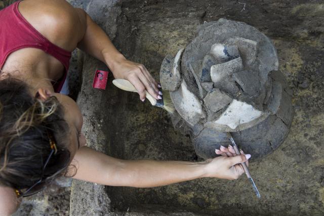 Bronzkori urnatemető feltárásán dolgoznak a régészek a belvárosban