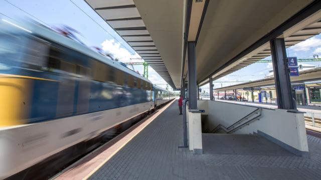 Több vonat jár Balatonra a nyári menetrendben