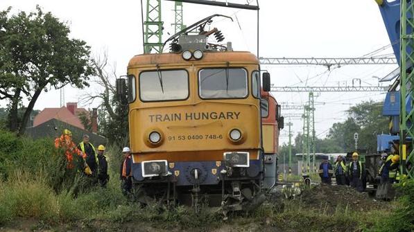 Befejeződött a kisiklott mozdony műszaki mentése, újraindult a vonatforgalom