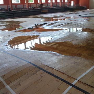 Csőtörés miatt elúszott a Batthyány iskola csarnoka