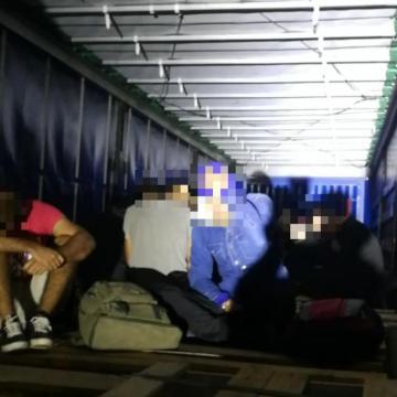 Huszonöt migránst találtak egy kamionban Csanádpalotánál