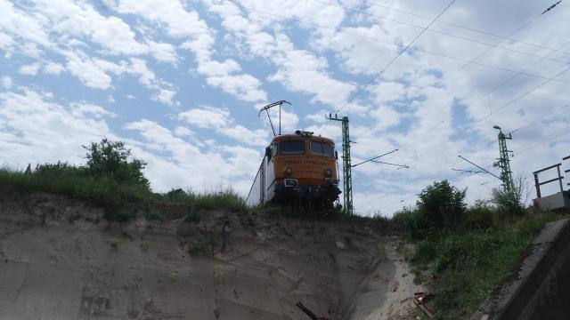 Kisiklott egy mozdony Érden, a levegőben lóg az eleje
