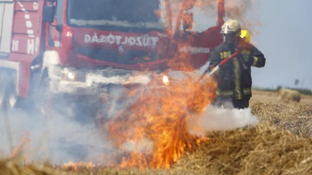 A tarló és egy bálázó is égett Nagykanizsánál - Fotók