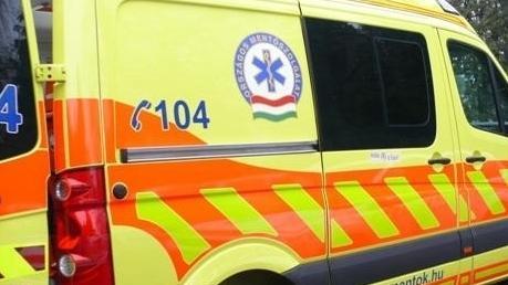 Autó és vonat ütközött Mosonszolnoknál, egy ember meghalt