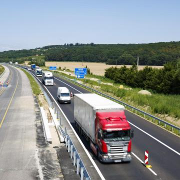 Kamionokon elhelyezett plakátokkal segítenék a balesetek megelőzését