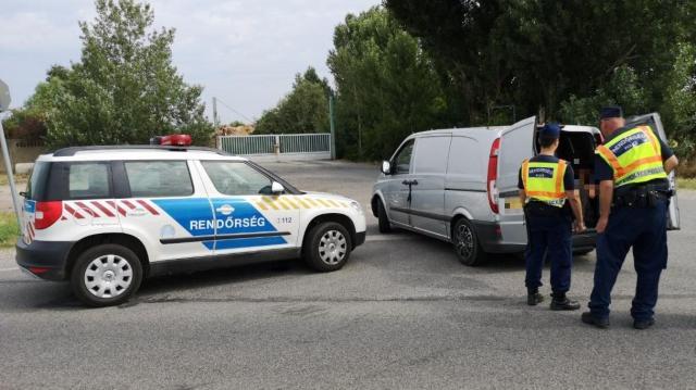 Tizenhat illegális migránst szállított egy kisbuszban
