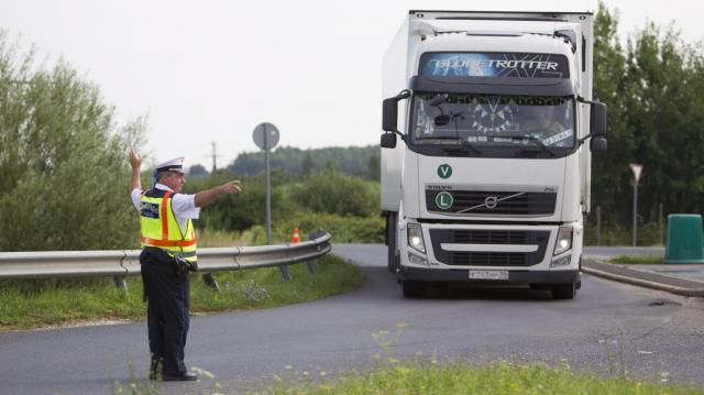 Ittasság, gyorshajtás, biztonsági-öv – Több buszost és teherautóst büntettek meg