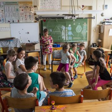 Jövőre 108 millió forintot biztosít a tanító alapszakosok speciális támogatására a kormány