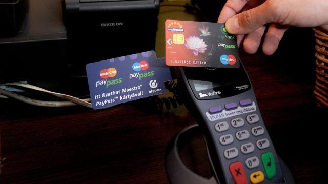 Lopott bankkártyával akart fizetni a nő