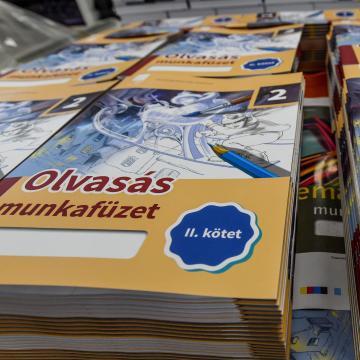 Naponta kétszáz iskolába szállítanak tankönyveket