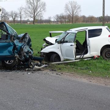 Rúddal rongálta az autót
