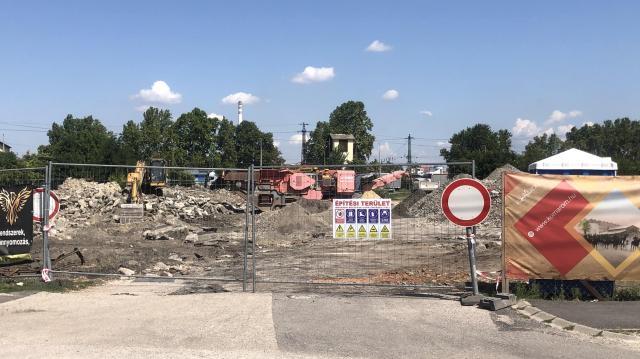 Bontási munkálatokkal elkezdődött a szolgáltatóház építése