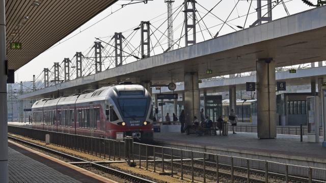 Őrjöngeni kezdett a vasútállomáson