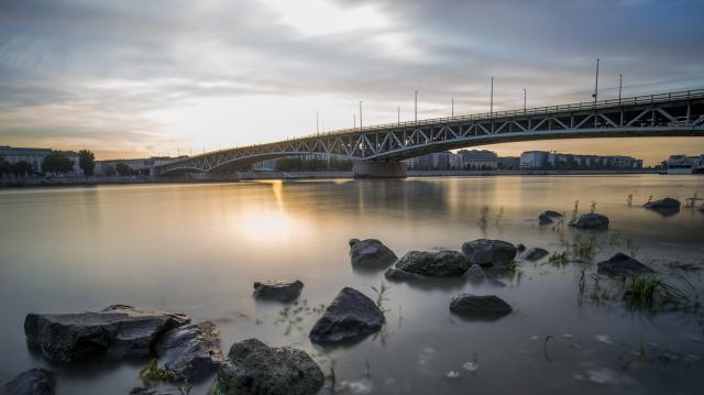 Tisztítják a Margit hidat és a Petőfi hidat a hétvégén
