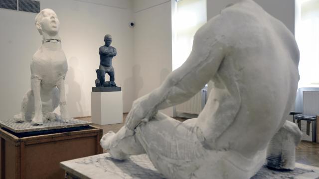 Ámmer Gergő szobrászművész alkotásaiból nyílik kiállítás Hódmezővásárhelyen