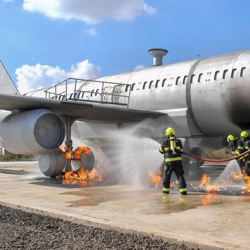 Tűzoltók képzésére alkalmas repülőgép-szimulátort adtak át Debrecenben
