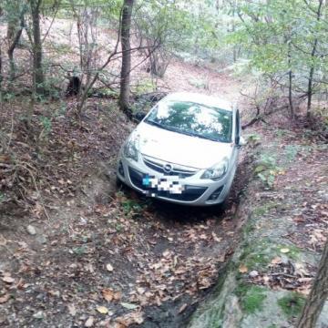 Rendőrök segítettek az erdőben bajba jutott sofőrnek