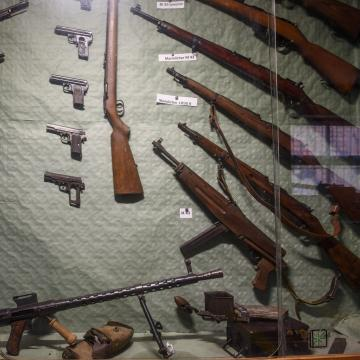 Harminc lőfegyvert találtak a pénzügyőrök egy szerb férfinál Röszkén