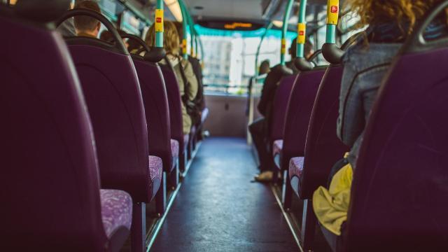 Elkötöttek egy buszt, hogy cigarettáért menjenek