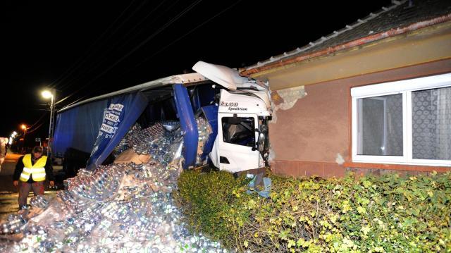 Ház falának csapódott egy kamion Dabason