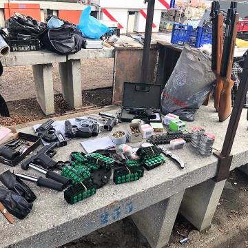 Piacon árult lőszereket és fegyvereket