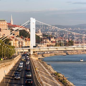 Közműépítés miatt lezárják Budapesten az Erzsébet hidat hétfőre virradó éjszaka
