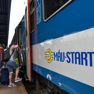 Több kocsival közlekednek a Puskás Aréna avatása miatt a vonatok