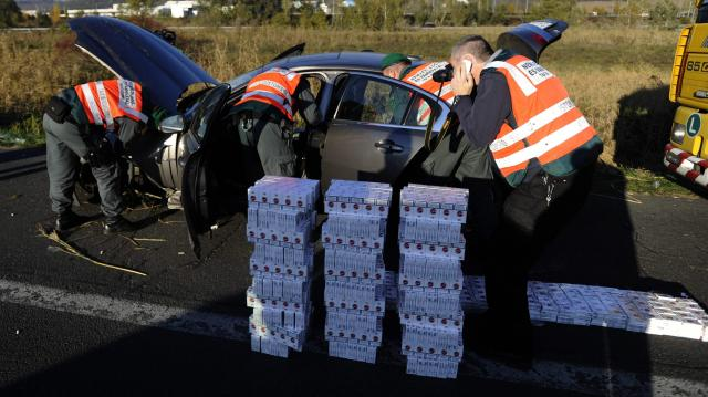 Több mint ötvenezer doboz cigarettát találtak a pénzügyőrök Röszkén