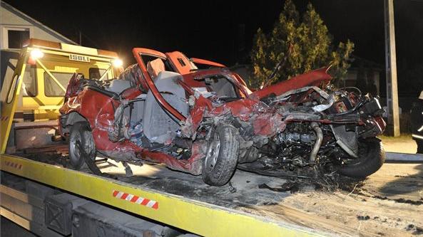 Vonat ütközött autóval Vácnál, ketten meghaltak