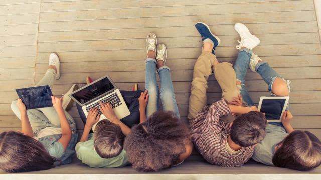 A magyar fiatalok negyede szándékosan tölt le illegális tartalmat a netről