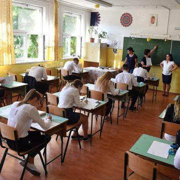 Az Oktatási Hivatalhoz kell januártól beadni az iskolai felmentési kérelmeket