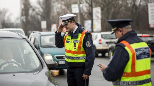 Fényvisszaverő mellényeket és villogókat oszt a rendőrség pénteken